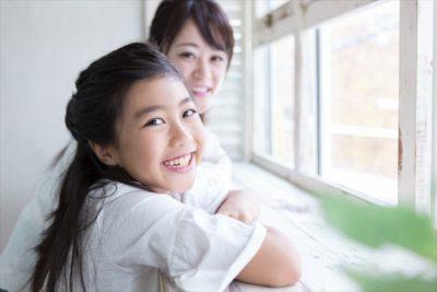 チューターと笑顔の児童