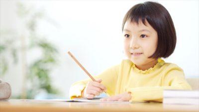 学習中の児童2