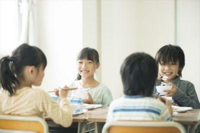 食事をする児童