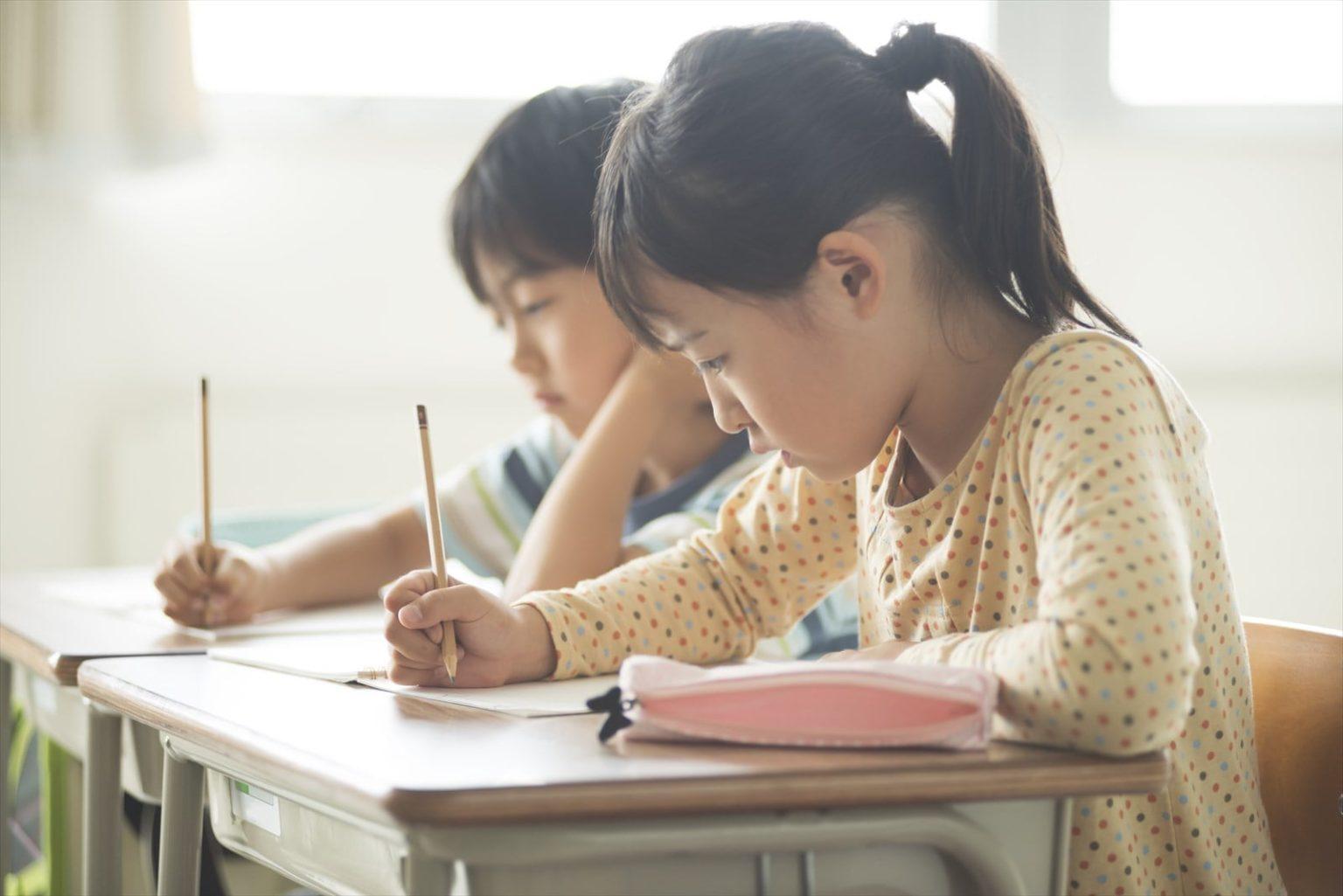 学習中の児童3-large