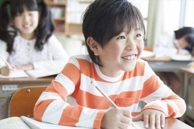 学習中の児童1