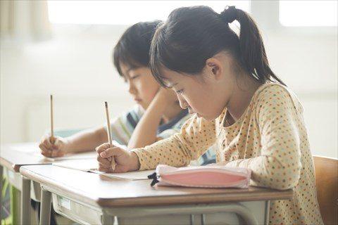 学習中の児童3